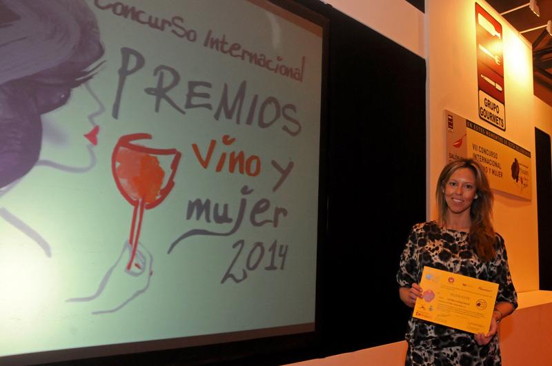 Rocío Márquez, nuestra enóloga, recogiendo el galardón