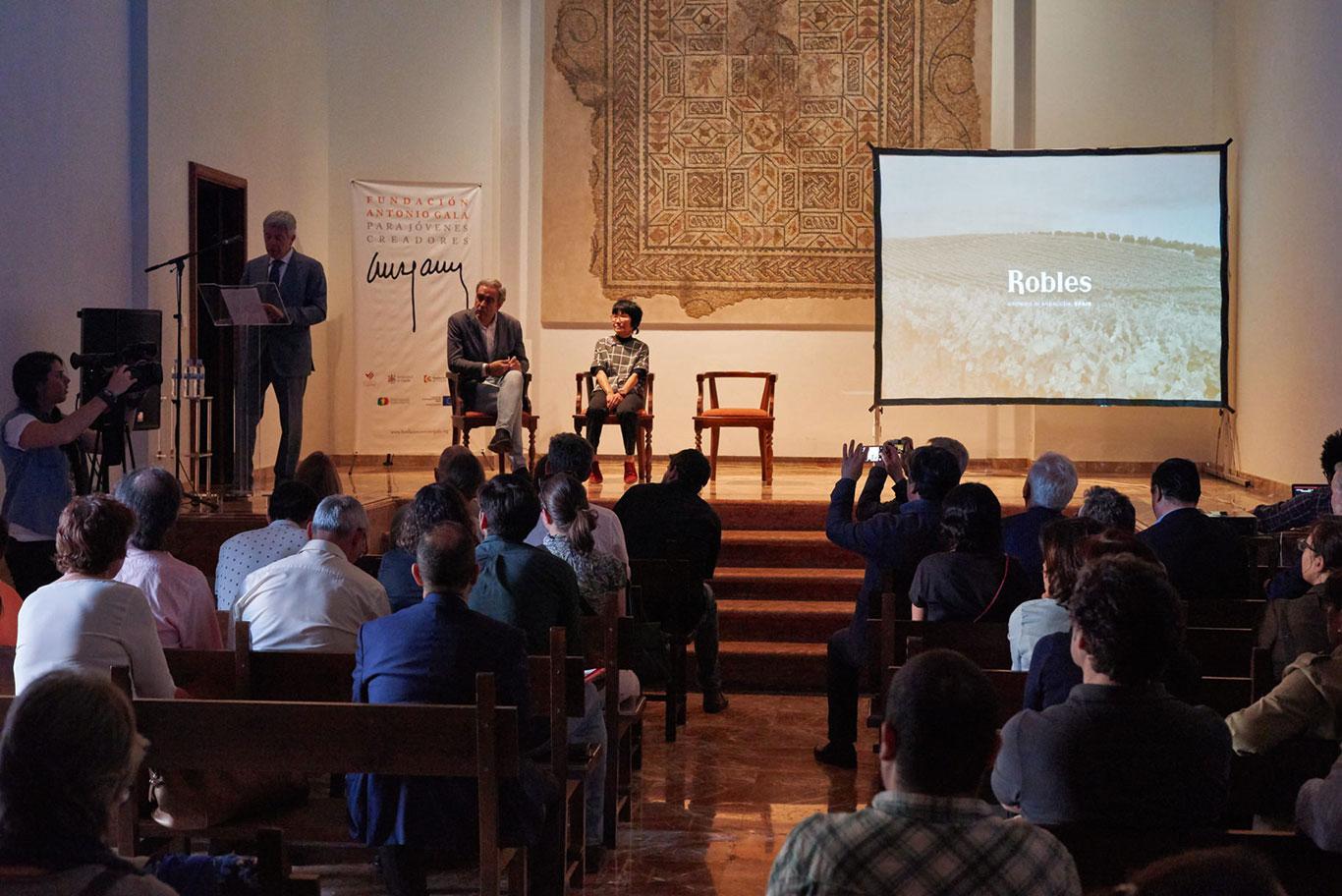 Francisco Robles presentando Japón descubre Bajoflor en la Fundación Antonio Gala Fundación Antonio Gala para Jóvenes Creadores