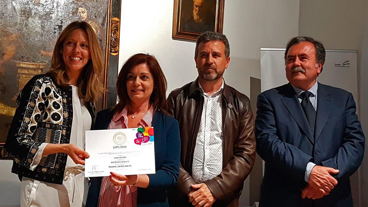 Pilar Robles recoge el galardóin VINAVIN DE ORO.