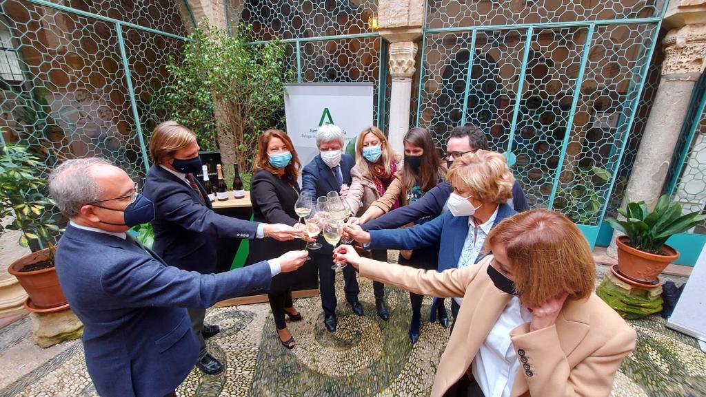 La Consejera de Agricultura y Paco Morales brindan con la burbuja natural de la uva Pedro Ximénez
